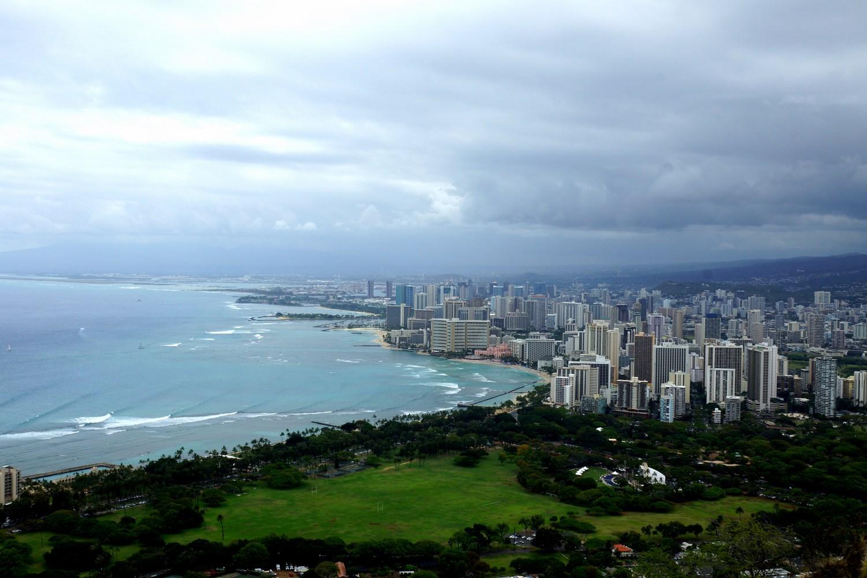La vue sur Honolulu et Waikiki Beach depuis le sommet du cratère