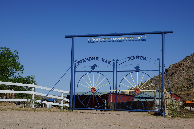 A l'approche du Grand Canyon West, les attractions touristiques réapparaissent !
