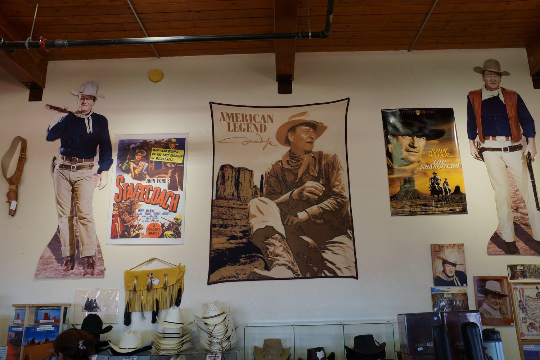 John Wayne est très représenté dans la boutique souvenir