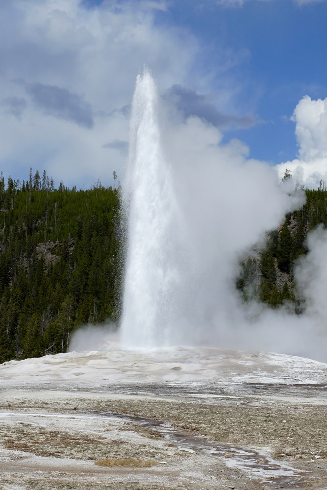 Le Old Faithful entre en éruption
