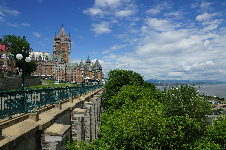 ... qui domine le fleuve Saint-Laurent